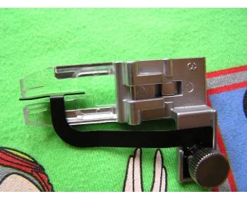 Лапка для плоскошовной машины Janome С центральным направителем фото